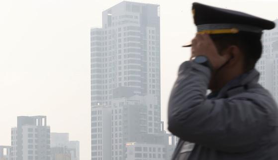 중국발 황사의 영향으로 미세먼지 농도가 나쁨을 나타낸 8일 서울 반포대교 위 도심이 뿌옇다. 우상조 기자