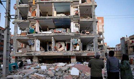 이란과 이라크 국경지대에서 발생한 강진으로 부서진 건물. 이번 지진은 중동 전역에서 느껴졌을 정도로 충격이 컸다. [AP=연합뉴스]