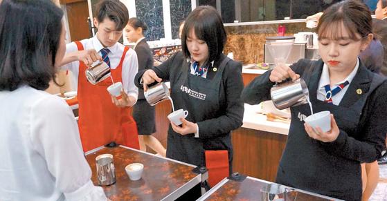 숭실대 숭실호스피탈리티 직업전문학교에서 바리스타를 꿈꾸는 학생들이 커피를 만드는 실습을 하고 있다. [사진 숭실대 숭실호스피탈리티 직업전문학교]