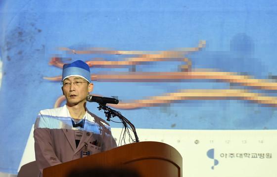 【수원=뉴시스】이정선 기자 = 이국종 경기남부권역외상센터장이 15일 오후 경기 수원 권역외상센터에서 북한군 병사의 2차 수술을 집도한 뒤 브리핑을 열고 있다. 2017.11.15.  ppljs@newsis.com