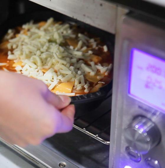 냄비에서 익힌 떡볶이를 오븐에 넣고 치즈가 녹을 때까지 8분 정도 가열했다.