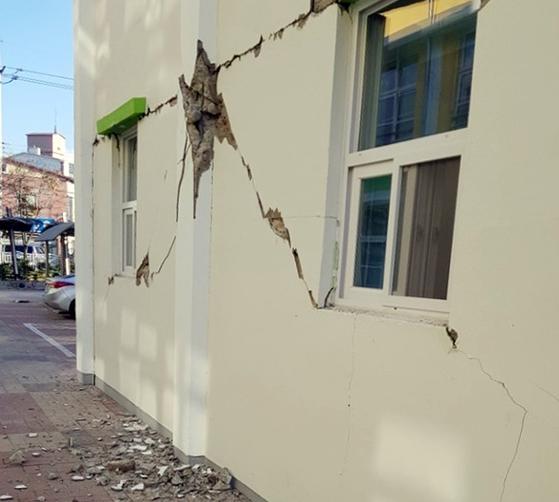 5일 발생한 지진으로 경북 포항 한 초등학교 건물 기둥과 벽 일부가 금이 가거나 부서져 있다. 2017.11.15 [독자 제공=연합뉴스]