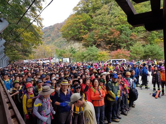 설악산국립공원 용소폭포 탐방지원센터 앞에서 만경대 구간 입장을 기다리는 탐방객들. 지난해에는 모두 20만명이 만경대를 관람하면서 극심한 혼잡을 빚었다. [사진 국립공원관리공단]