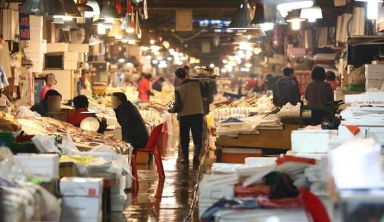 3일 오전 서울 동작구 옛 노량진수산시장에서 현대화 건물로 이전을 거부하는 상인들이 영업을 하고 있다. [연합뉴스]