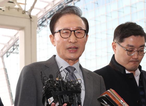 '적폐청산' 입장 밝히는 이명박 전 대통령. [연합뉴스]