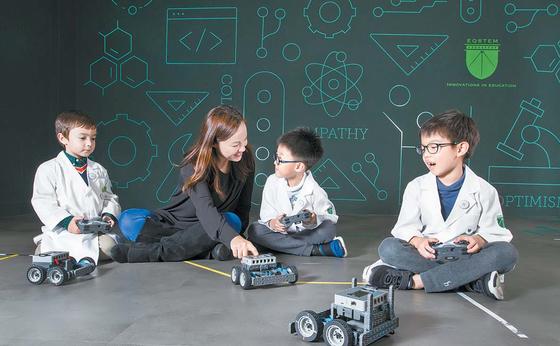 EQSTEM 교육센터에서 학생들이 크리스틴 선생님과 로봇 수업을 하고 있다. 지미연 기자