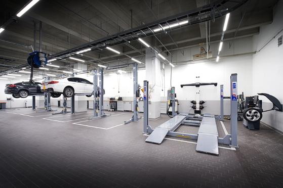 성수동 도이치모터스 BMW 성수통합서비스센터 지하 3층에서 점검 중인 차량 [사진 BMW그룹코리아]