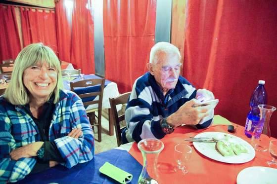 이야기 하는 도중 손주 자랑을 위해 휴대폰 사진을 뒤적이는 피터씨. 손주 자랑을 할 때의 두 부부의 모습은 한국의 할머니 할아버지와 다를 바 없었다. [사진 장채일]