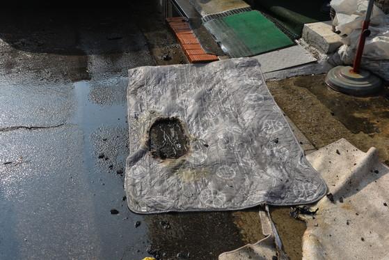 지난 3일 경기 고양시의 한 가정집의 전기요에서 불이 났다. 당시 이 집의 전기요의 전원은 꺼져있었지만 콘센트는 꼽혀있었다. [사진 고양소방서]