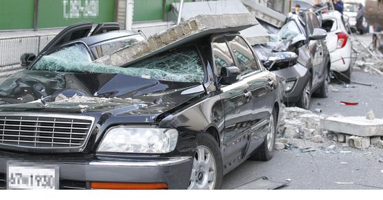 15일 오후 경북 포항을 강타한 규모 5.4의 지진으로 포항시 북구 흥해읍 한동로 인근 마트 일부가 무너지고 인근에 주차된 차량이 파손된 채 어지럽게 널브러져 있다. [포항=프리랜서 공정식]