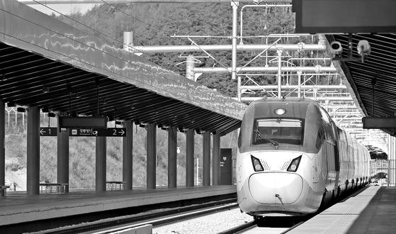 서울과 강릉 잇는 경강선 KTX 열차   (평창=연합뉴스) 양지웅 기자 = 15일 오후 강원 평창군 진부역에서 서울로 향하는 경강선 KTX 열차가 승강장으로 들어서고 있다. 서울과 강릉을 잇는 고속철도인 경강선은 오는 12월 중순 개통할 예정이다. 2017.11.15   yangdoo@yna.co.kr (끝) <저작권자(c) 연합뉴스, 무단 전재-재배포 금지>