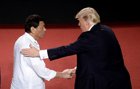 13일 아세안 의장국인 필리핀의 두테르테 대통령과 악수하는 트럼프 미 대통령. [뉴시스]