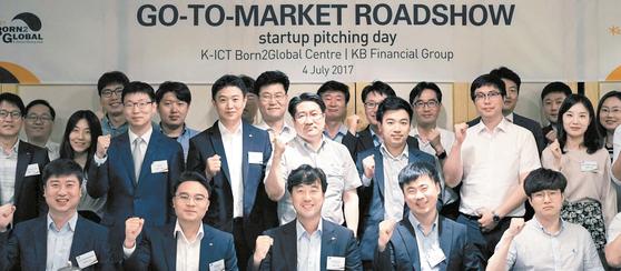 KB금융그룹은 지난 7월 K-ICT 본투글로벌센터와 'Go To Market 로드쇼 - 스타트업 피칭데이'를 개최했다. KB금융그룹 내 투자·제휴 기능을 보유한 계열사와 네트워킹 자리를 통해 관심 기업에 대한 투자·제휴 기회를 부여하기 위해서다. [사진 KB금융그룹]