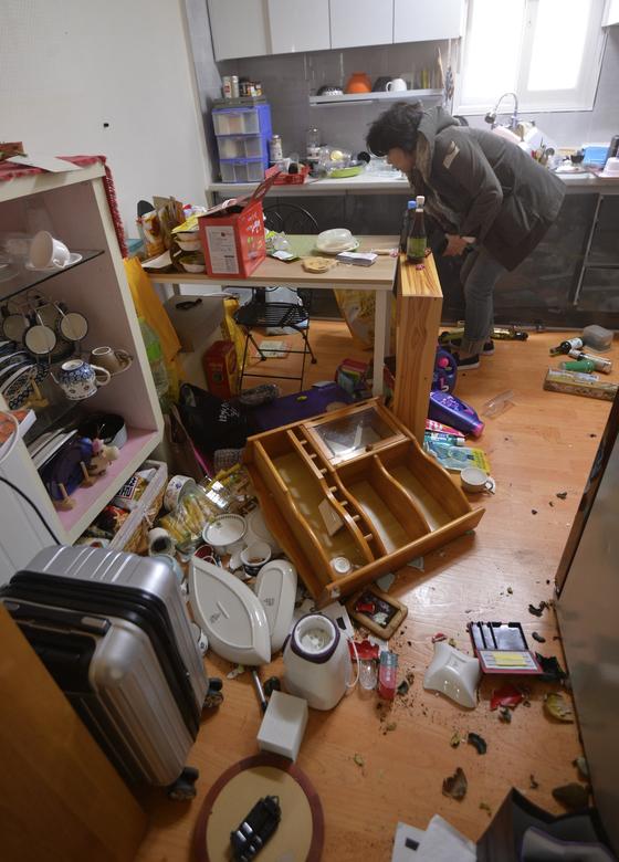 15일 오후 포항시 북구 북쪽 9㎞ 지역에서 규모 5.4의 지진이 발생한 가운데 북구 흥해읍 마산리 주택가 4층 빌라 내부 집기들이 바닥에 떨어져 있다.[대구 매일신문 제공]
