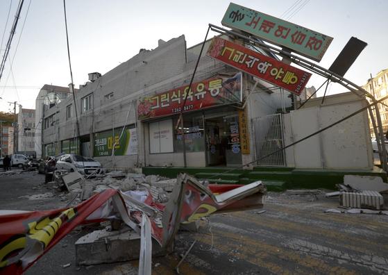 15일 오후 포항시 북구 북쪽 9㎞ 지역에서 규모 5.4의 지진이 발생한 가운데 북구 흥해읍 마산리 주택가 한 마트 건물 외벽과 간판이 땅에 떨어져 있다. [대구 매일신문 제공]
