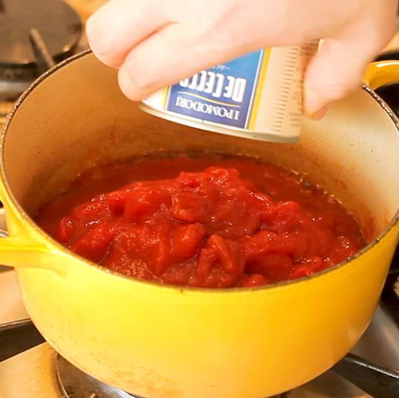 생토마토나 토마토 통조림을 넣고 보드카, 물을 넣고 끓인다.