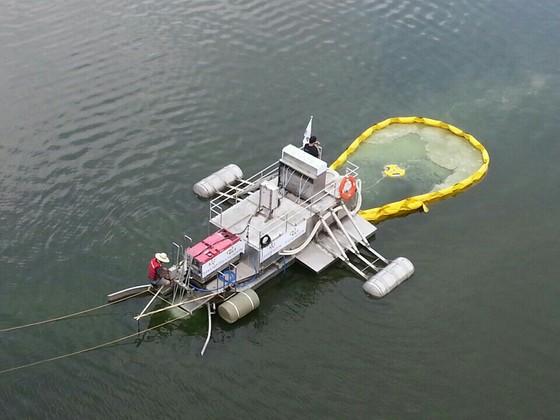 '조류를 먹는 소금쟁이'.한국건설기술연구원과 한국과학기술연구원이 개발한 '부유 이동형 녹조 저감 시스템', 즉 조류(녹조) 제거 장치를 장착한 선박이다. [사진 김석구 박사]