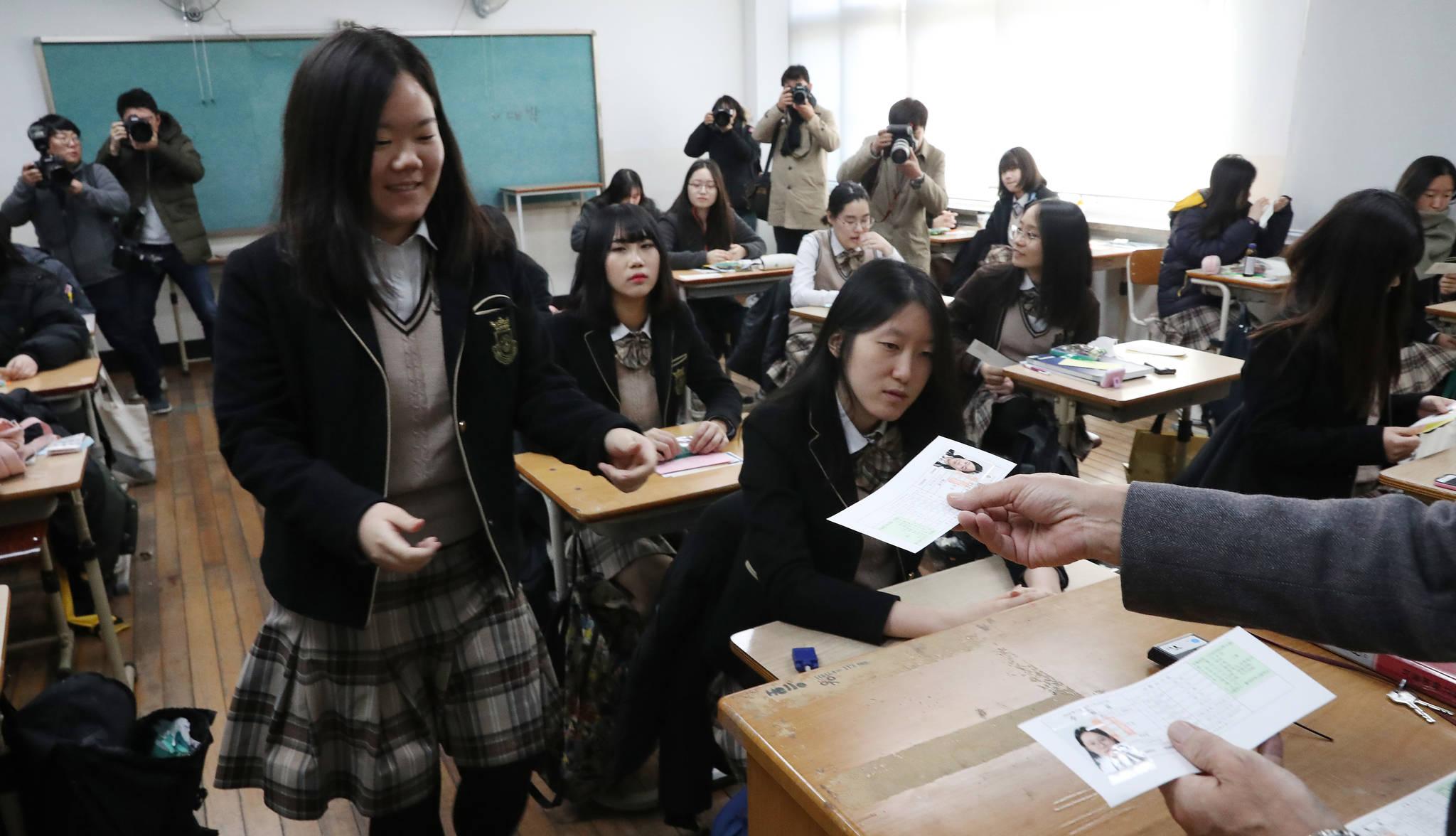 서울 마포구 서울여고에서 선생님이 수험생들에게 수험표를 배부하고 있다. 우상조 기자