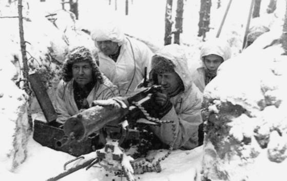 겨울전쟁 당시 설상복으로 위장한 기관총 분대.