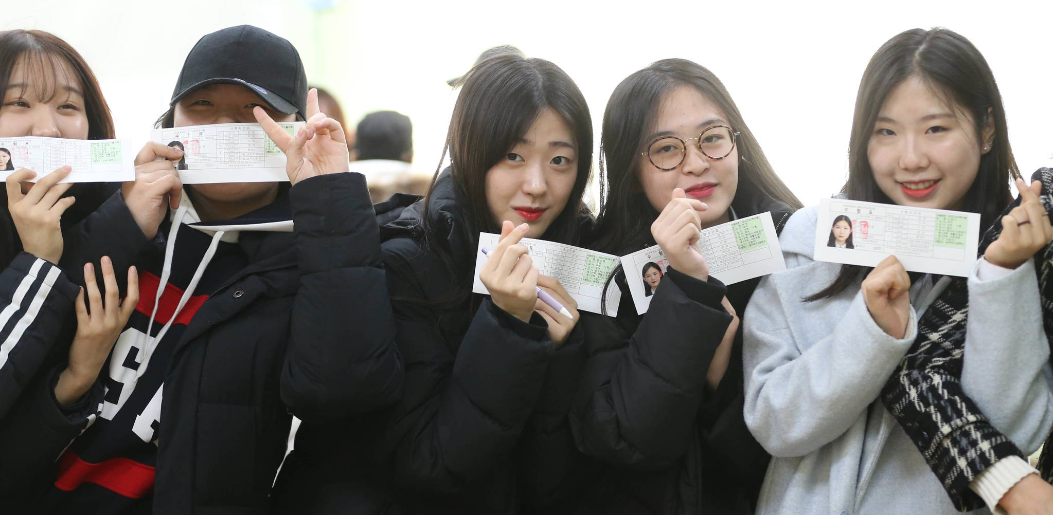 수험표를 받은 서울 서초고 여학생들이 교실에서 포즈를 취했다. 신인섭 기자