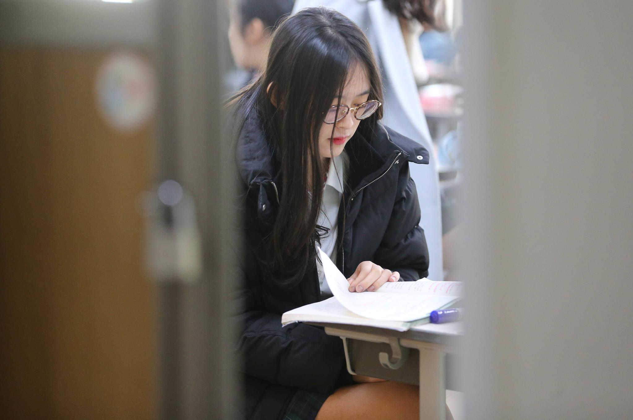 수험표를 받기 전 서울 서초고등학교 고3 여학생이 책을 보고 있다. 신인섭 기자