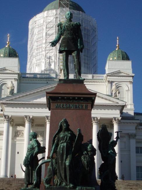핀란드 수도 한복판에 위치한 19세기 러시아 차르 알렉산데르 2세의 동상. 강대국의 침탈 역사를 보여준다.