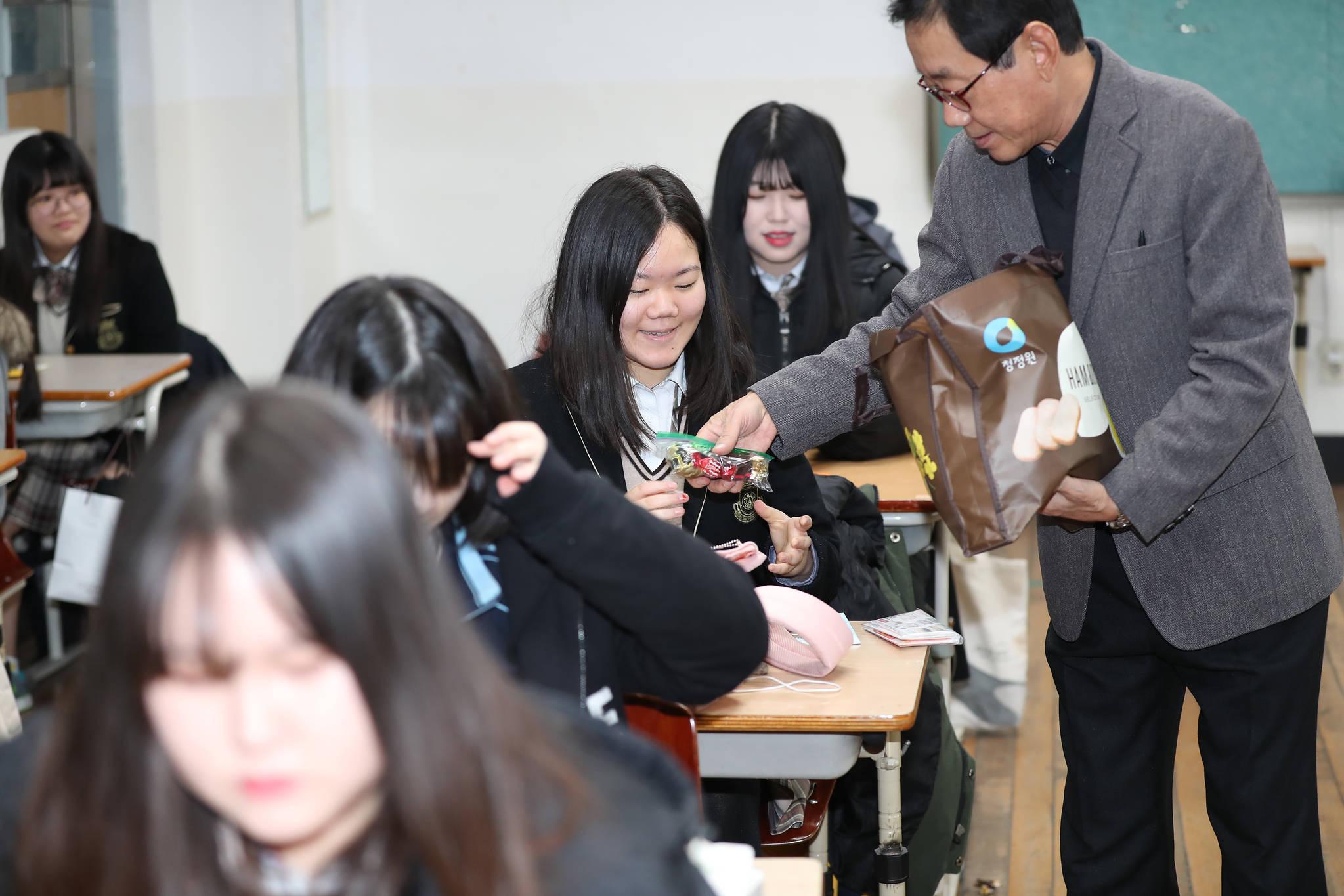 서울 마포구 서울여고 고3 교실에서 선생님이 학생들에게 초콜릿을 나눠주고 있다. 우상조 기자
