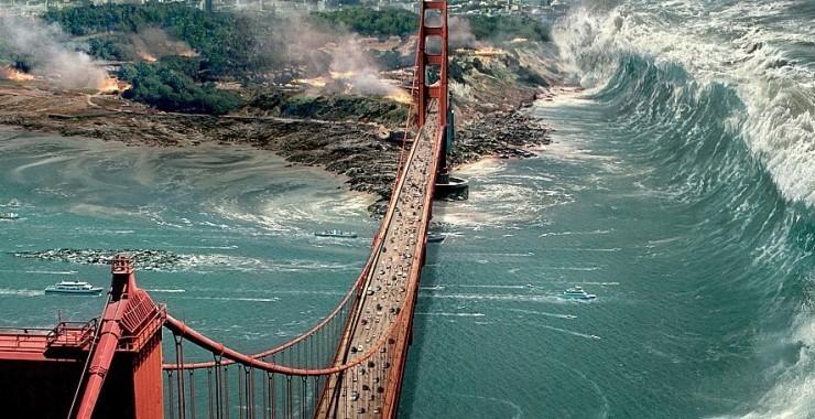 영화 속에서 샌프란시스코의 상징인 금문교가 지진과 해일로 두 동강이 나기 직전의 모습. [영화 샌 안드레아스]