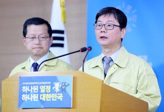 손병석 국토교통부 차관이 19일 서울 종로구 정부서울청사에서 포항 지진 관련 브리핑을 하고 있다. [뉴시스]