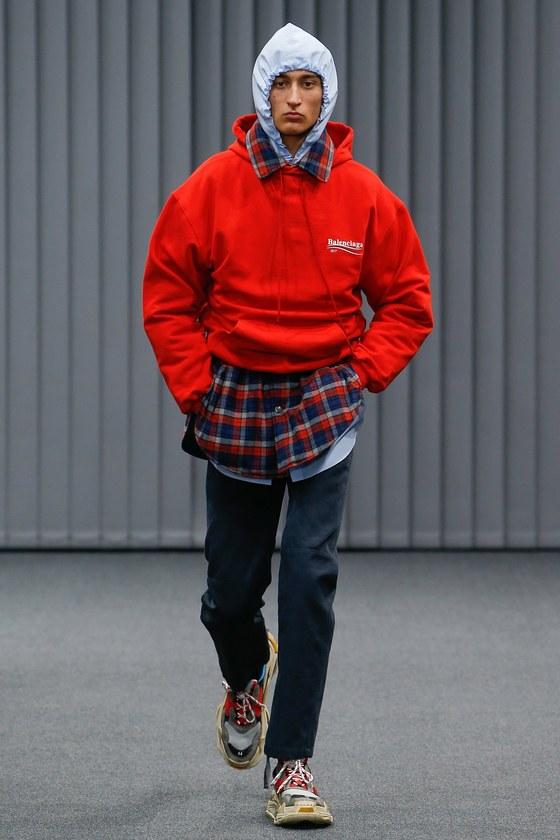 발렌시아가는 후드 2개, 셔츠 2개를 껴 입은 것같은 레이어링 스타일을 선보였다. [사진 발렌시아가]