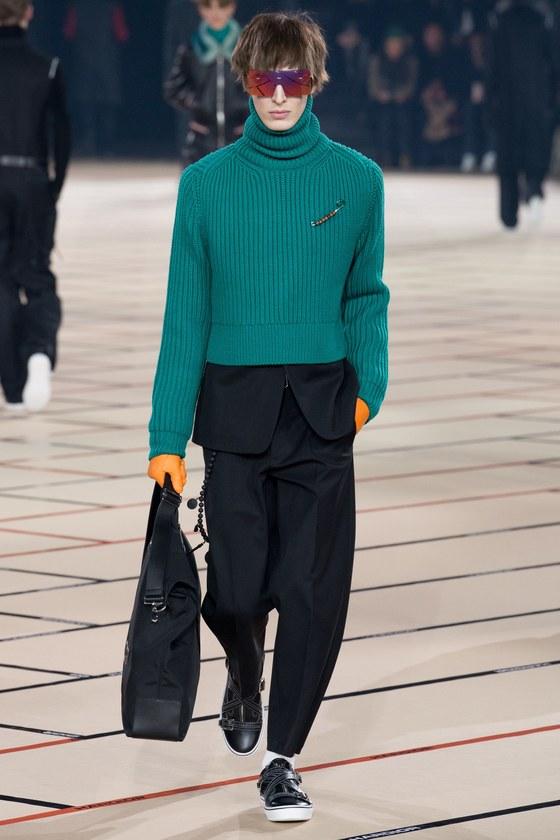 남성 정장 슈트 위에 짤은 터틀넥 스웨터를 입혔다. 디올 2017 가을겨울 컬렉션. [사진 디올]