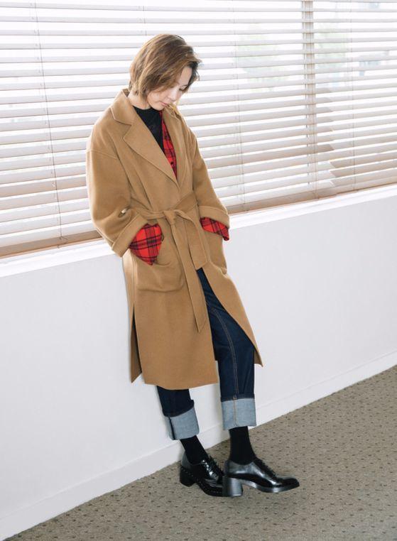 가장 간단하고 쉬운 레이어링 아이템은 셔츠다. 안에 스웨터나 긴팔 티셔츠를 받쳐입고 큼직한 셔츠를 입어 코트 밖으로 셔츠 소매를 내놔 코트의 소맷단처럼 보이게 한다. [사진 앳코너]