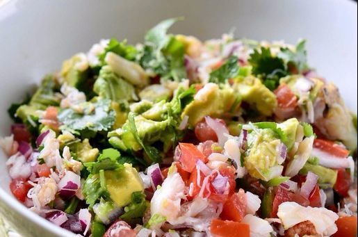 게살이나 아보카도를 넣어 만든 세비체. 냉장고에 있는 다양한 채소와 해산물을 자유롭게 활용한다. 세비체는 식재료 상황에 맞게 다양한 응용이 가능해 혼밥 족에게 특히 유용하다. [사진 핀터레스트]