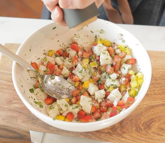손질한 채소와 절인 생선을 섞은 뒤 소금과 후추로 간한다.