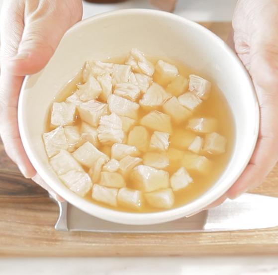 식초에 절여진 흰살 생선을 건져서 물기를 제거한다.