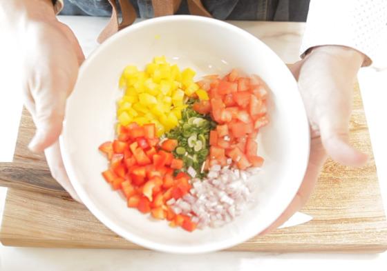 세비체에 곁들일 채소를 손질한다. 토마토와 파프리카 양파, 쪽파 등을 작은 크기로 잘라 준비한다.