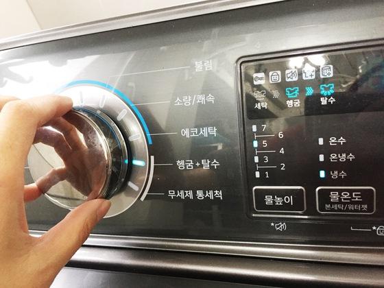 흰 패딩을 세탁할 때는 헹굼과 탈수 과정을 한 두 차례 더 해야 얼룩을 방지할 수 있다.