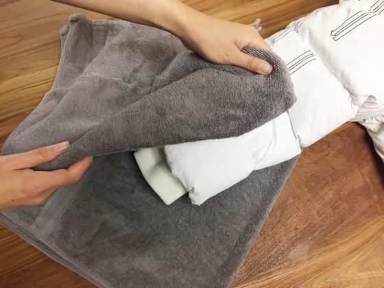 부분세탁을 한 뒤에는 세제를 완벽하게 제거하고 마른 수건으로 여러 번 꾹꾹 눌러 물기를 제거한다.