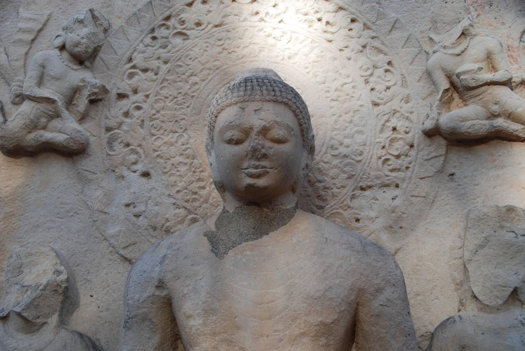 """인도 중부의 산치 대탑에 있는 불상. 붓다 당시에는 """"형상을 붙들지 말라""""는 가르침에 따라 무려 600년 동안 불상을 따로 만들지 않았다. 백성호 기자"""
