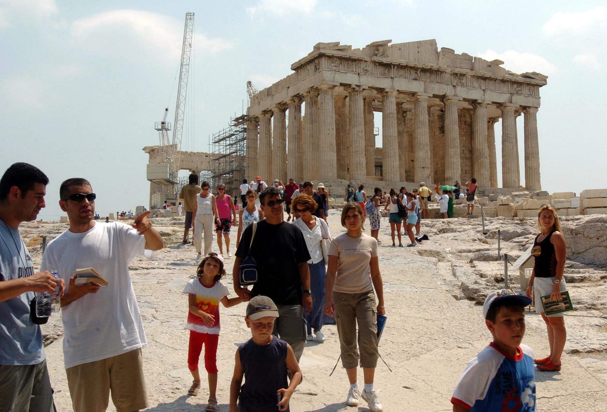 아테의 파로테논 신전. 수십년째 보수 공사를 하는 가운데도 많은 관광객들이 그리스 역사를 보기위해 찾아 온다. [중앙포토]