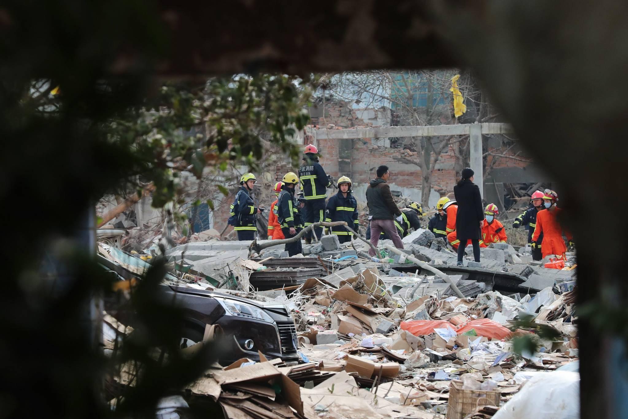26일 중국 동부 저장성 닝보에서 발생한 폭발사고 현장에서 소방대원들이 사고 피해자를 찾고 있다.[AFP=연합뉴스]