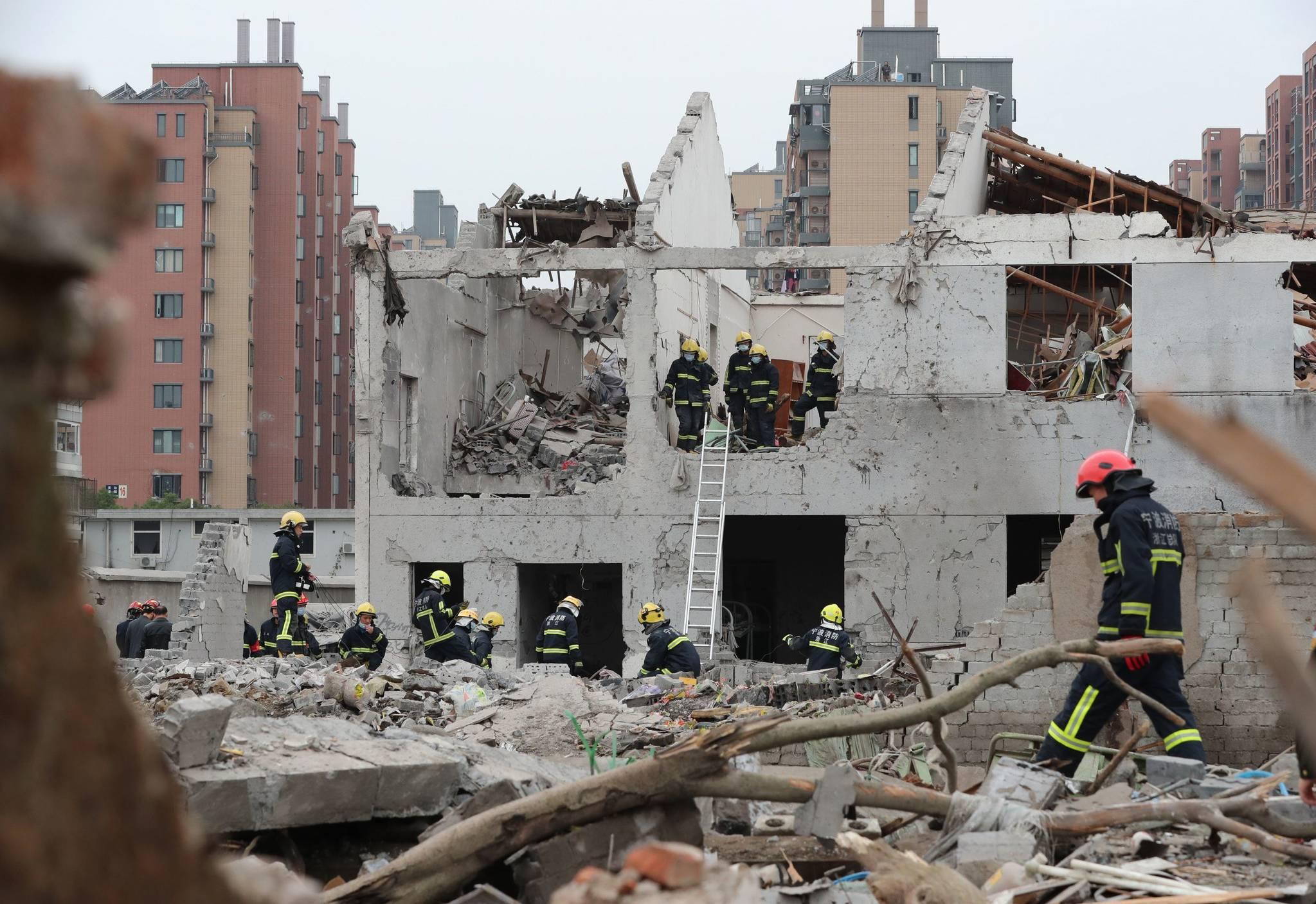 소방대원들이 26일 중국 동부 저장성 닝보 폭발사고 현장에서 구조작업을 하고 있다.[AFP=연합뉴스]