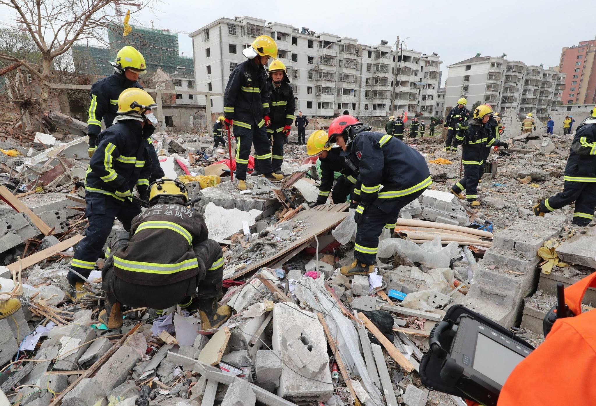 26일 중국 동부 저장성 닝보 폭발사고 현장에서 구조활동을 벌이고 있는 소방대원들. [AFP=연합뉴스]