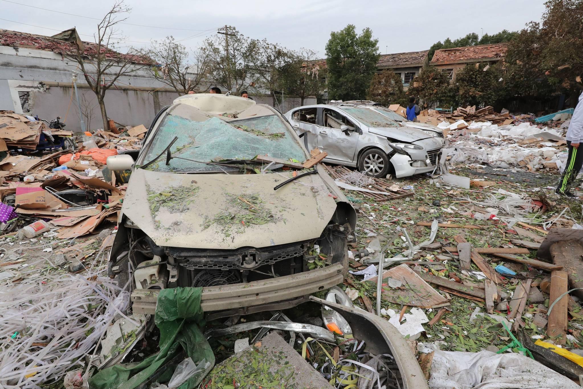 26일 중국 동부 저장성 닝보에서 발생한 폭발사고로 건물이 무너지고 차량들이 파괴돼있다. 이날 사고로 30여명의 사상자가 발생했다.[AFP=연합뉴스]