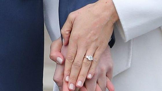 해리 왕자가 약혼녀 마크리에게 선물한 청혼 반지. 둘이 캠핑 여행을 갔던 보츠와나산 다이아몬드 양 옆에 어머니 다이애나비의 다이아몬드를 넣어 직접 디자인했다. [AFP=연합뉴스]