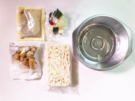 요리하다 '모둠어묵우동탕'의 구성. 1회용 알루미늄 용기와 어묵, 우동, 소스, 채소가 들어있다.