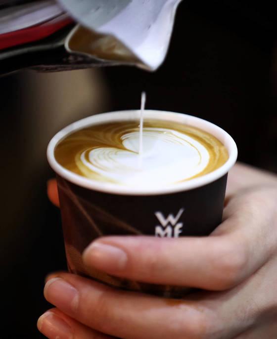 커피 본연의 맛을 느끼기 위해서는 크게 소리내어 마셔야 한다. [서울=연합뉴스] <저작권자(c) 연합뉴스, 무단 전재-재배포 금지>