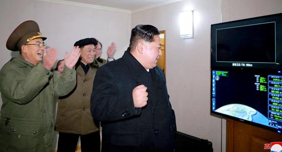김정은, '주먹 불끈'   (평양 조선중앙통신=연합뉴스) 김정은 북한 노동당 위원장이 미사일 발사 지시를 친필명령한 대륙간 탄도미사일(ICBM) '화성-15'가 성공적으로 발사됐다고 조선중앙통신이 29일 보도했다. 사진은 화성-15형 시험발사를 참관하며 환호하는 김정은 북한 노동당 위원장. 2017.11.30   [국내에서만 사용가능. 재배포 금지. For Use Only in the Republic of Korea. No Redistribution]   photo@yna.co.kr/2017-11-30 07:30:18/ <저작권자 ⓒ 1980-2017 ㈜연합뉴스. 무단 전재 재배포 금지.>