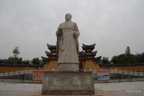 중국 산둥성 쯔보시 관중기념관 앞에 있는 관중의 상. [네이버]