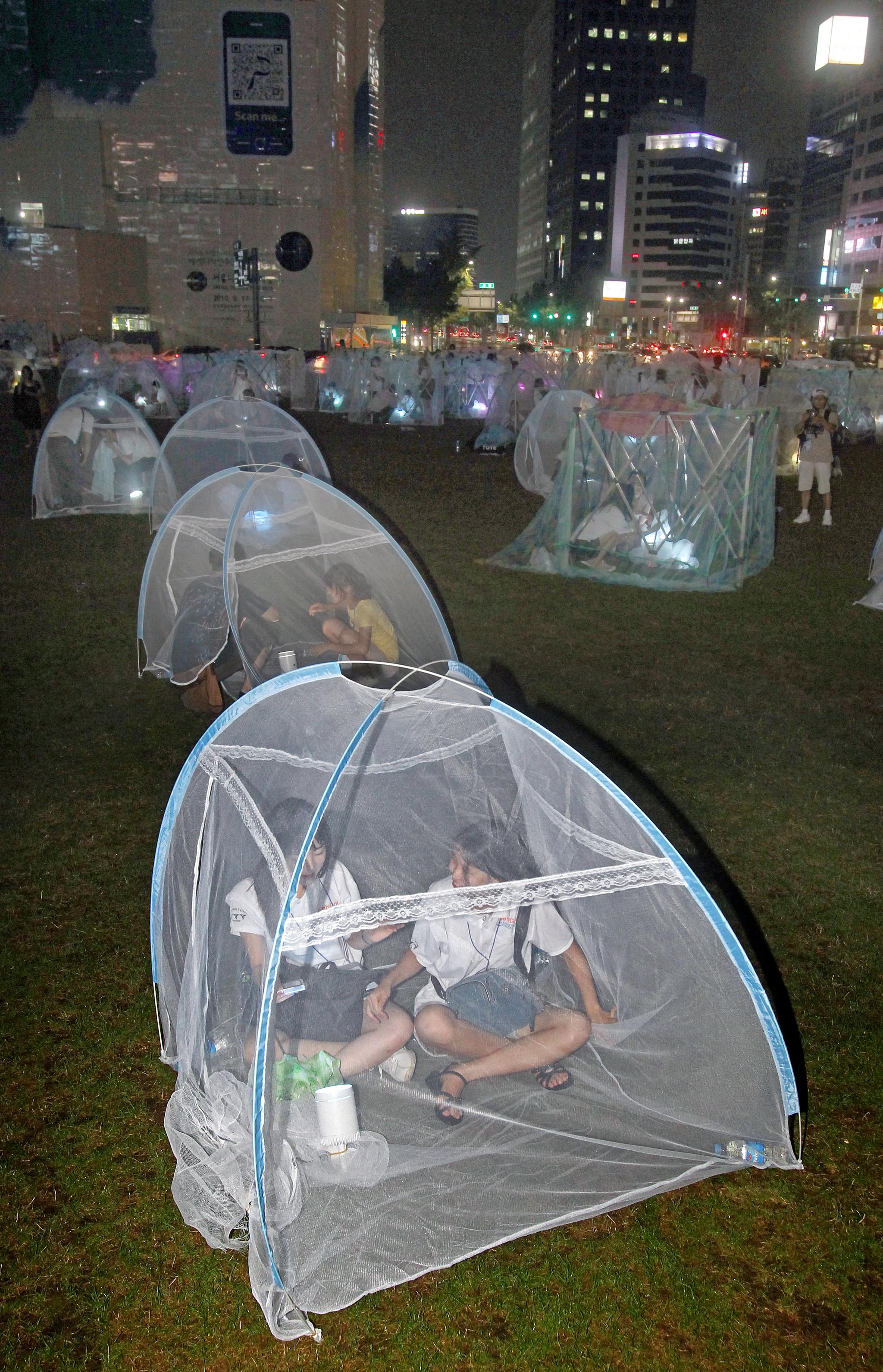지난 2010년 8월 22일 서울광장에서 열린 말라리아의 공포 속에서 사는 아프리카 사람들을 돕기 위한 ` 아프리카의 밤 `행사에 모기장 수십개가 설치돼 눈길을 끌고 있다. [중앙포토]